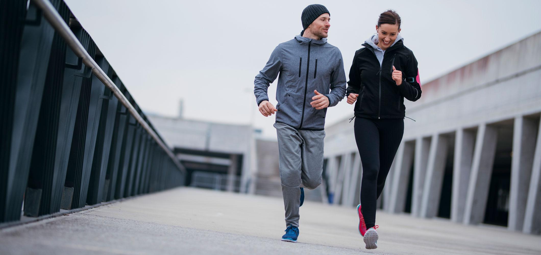anaerobic vs aerobic man doing dips woman running